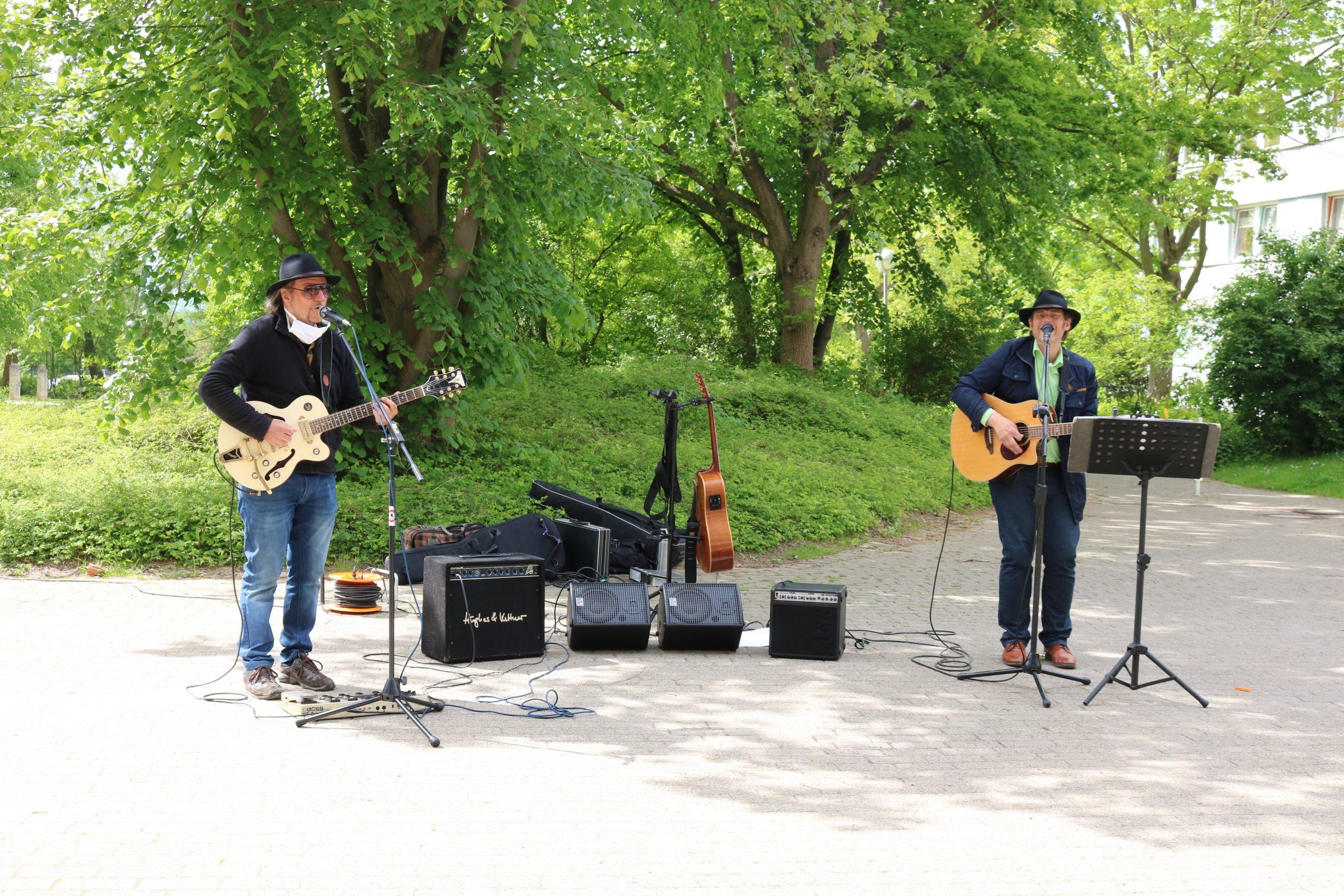 Zwei Musiker mit Gitarre